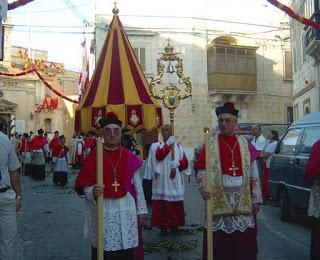 Conopoeum si clochetta intr-o procesiune