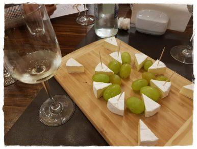 Pairing reusit- Feteasca Alba 2017 – Camembert Delaco + struguri albi