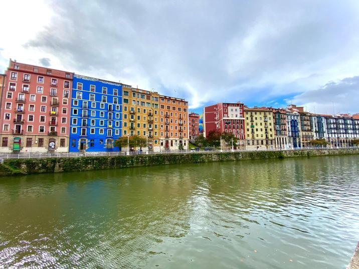 Edificios de colores sobre la Ría de Bilbao