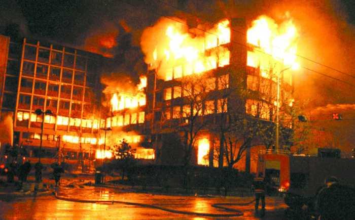 Un edificio di Belgrado colpito dai bombardamenti della Nato