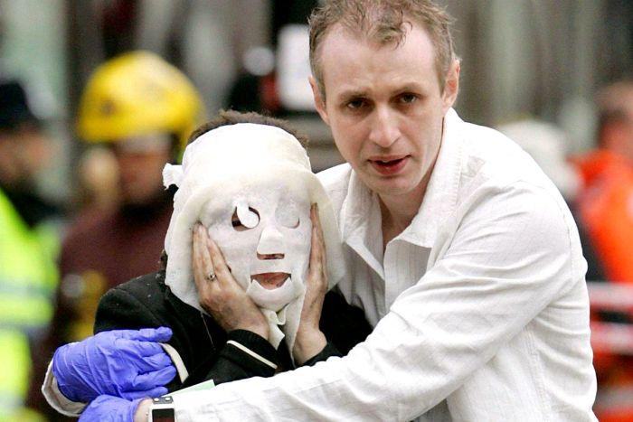 I soccorsi a una donna ferita negli attentati di Londra del 7 luglio 2005