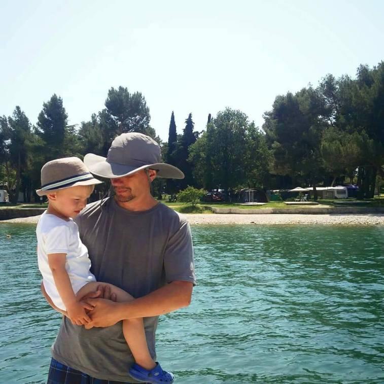 Marcel en Ian aan het strand op de camping