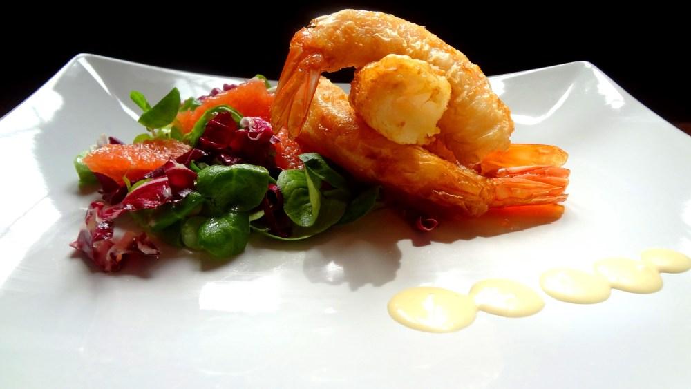 Mazzancolle in pasta fillo, insalatina di pompelmo rosa e maionese leggera allo zenzero