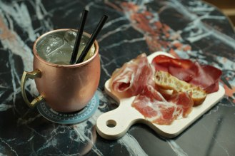 COCKTAIL-LO ZIO MULE_ Vodka infusa alla cannella, succo di lime, succo di arancia, ginger beer