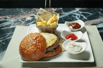 HAMBURGER DELLO ZIO-Burger di chianina, crema di carbonara, pecorino, insalata e pomodori