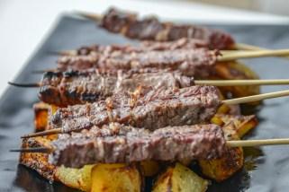 Arrosticini di Vitello Marchigiano Fattopria Carpineto ripieni di Lardo di Maiale con. contorno di patate al forno