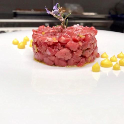 Battuta di Fassona in punta di coltello con mayonese allo zafferano