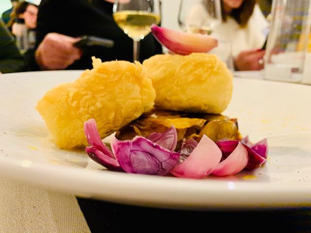 baccalà fritto dorato cipolle di Tropea sformatino di patate e olive taggiasche