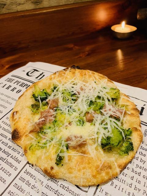 pizza broccoli, salsiccia e pecorino di Amerina
