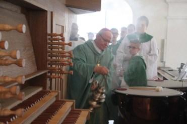 Bischof weiht Orgel