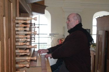Kirchenmusiker und Orgelbauer Dr. Otmar Heinz erklärt die Hauser-Orgel in Karlskron. Foto: Ramona Schittenhelm