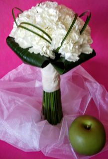 Bouquet de claveles rodeado con aspidistra