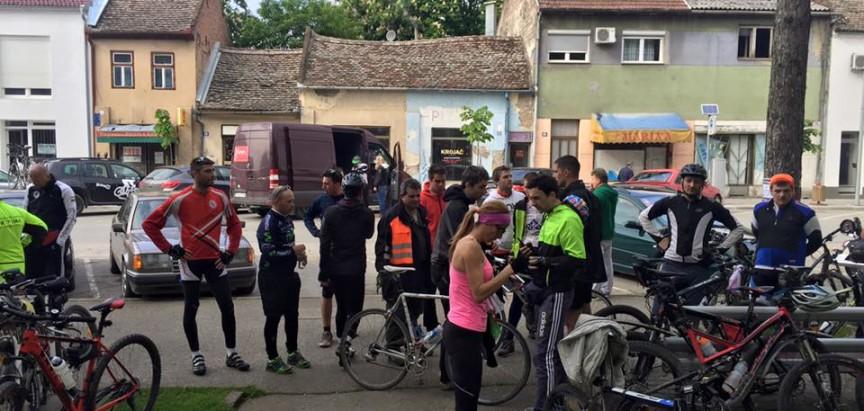 Najmlađa sudionica biciklističke karavane Jelena Ćališ položila cvjeće na Ovčari
