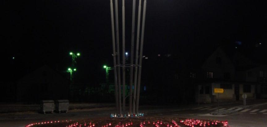 FOTO: Na kružnom toku u Prozoru zapaljene svijeće za Vukovar