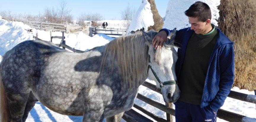 Učenik koji živi na Proslapskoj planini; radi, bavi se nogometom i odličan je u školi