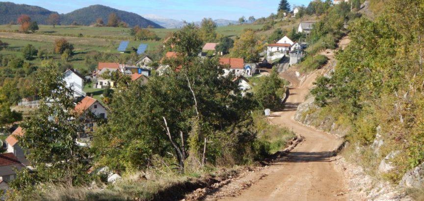Foto: Na Gmićima nakon postavljanja vodovodnih cijevi rekonstrukcija putova