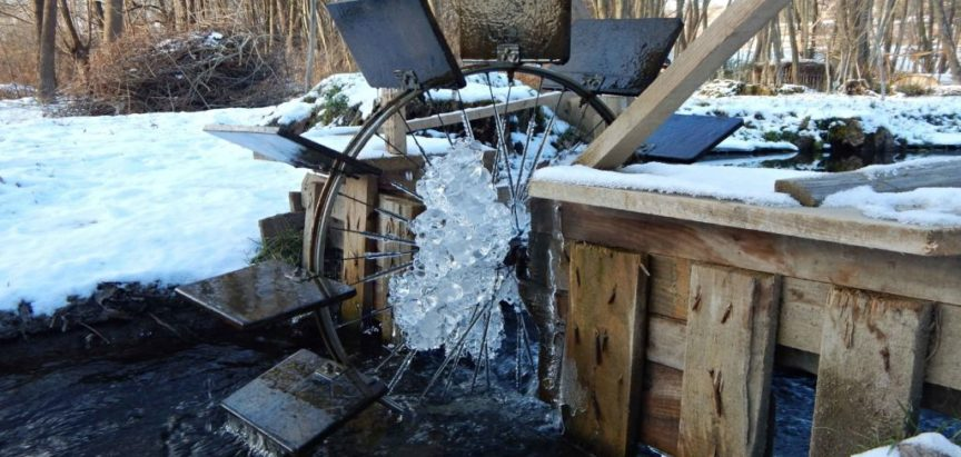 Foto: Mali park  na vodi nastao od starih materijala u slobodno vrijeme