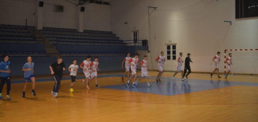 """Foto: Škola rukometa """"Optimisti"""" dobili prve dresove"""