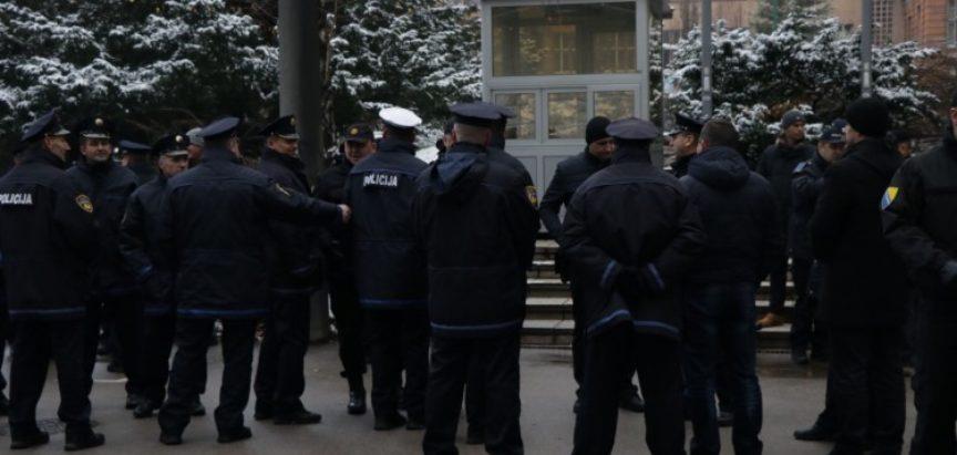 Policajci na mirnom protestu ispred zgrade Parlamenta FBiH