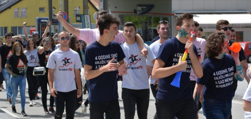 Foto/video: Maturanti Srednje škole obilježili mimohodom kroz Prozor zadnji dan nastave