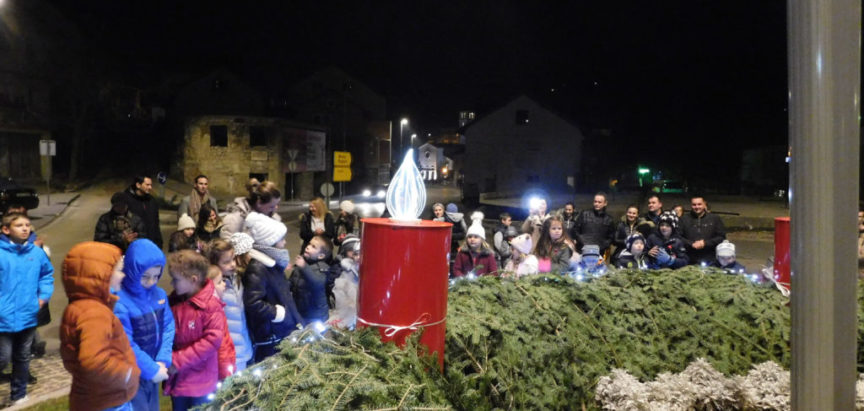 FOTO: Upaljena prva svijeća na adventskom vijencu u Prozoru