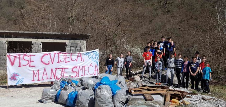 """Foto: Frama Gračac organizirala akciju """"Više cvijeća, manje smeća"""""""