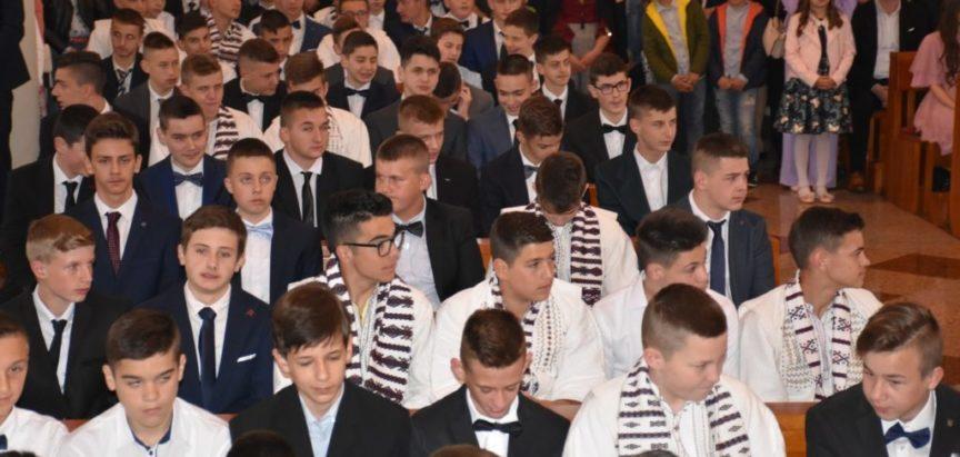 Foto: U Prozoru 110 krizmenika primilo sakrament potvrde