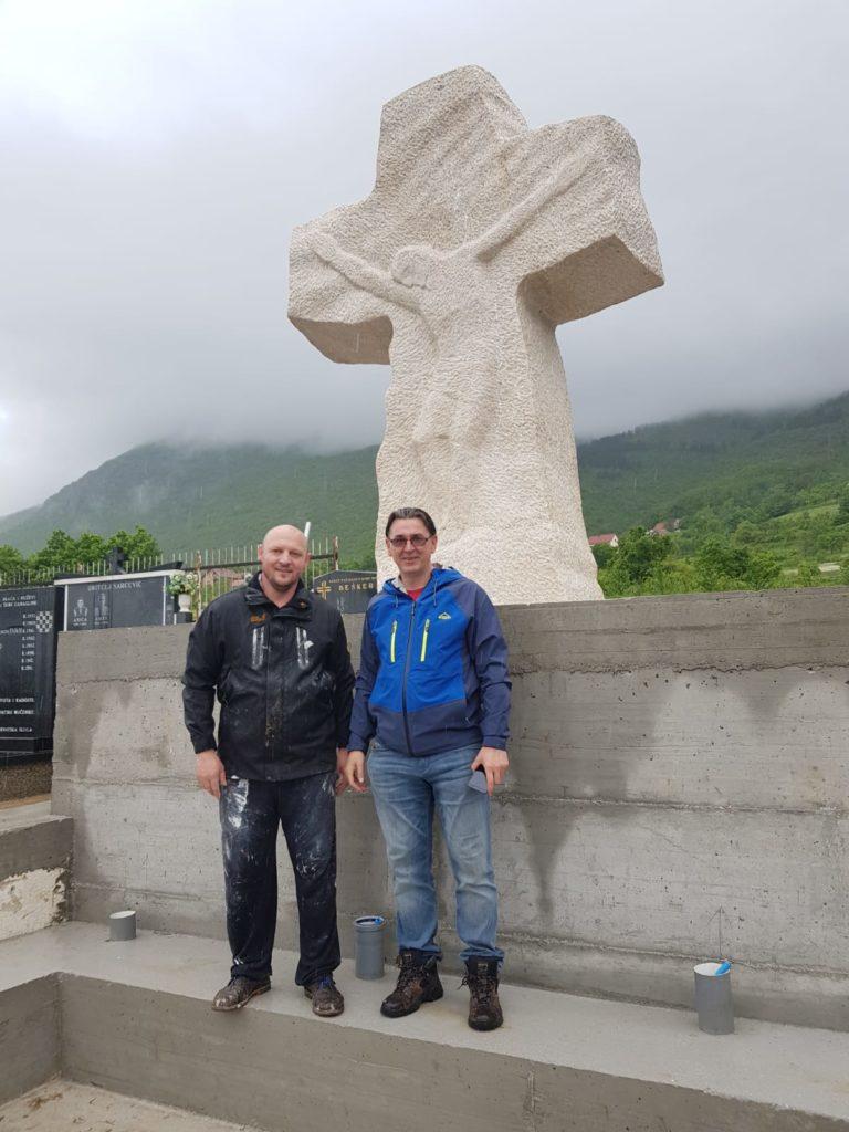 Foto: U groblju u Rumbocima postavljen veliki križ 3