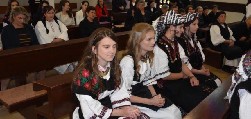 Foto: U Rumbocima 18 mladih primilo sakrament potvrde