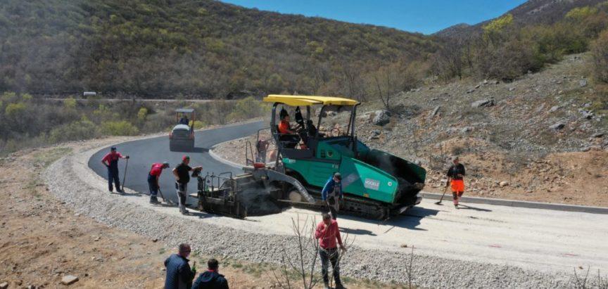Foto/video: Završeno asfaltiranje dionice Izlaz-Orašac, slijedi odmah nastavak daljnjih radova