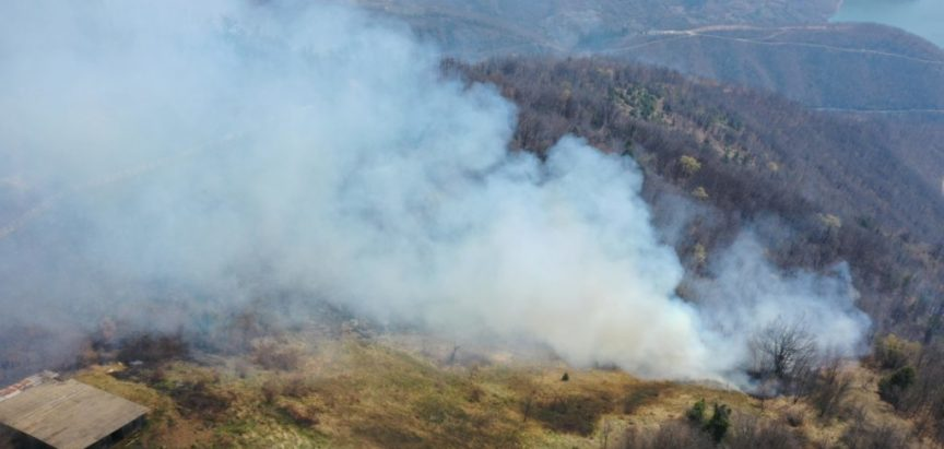 """Foto/video: """"Elitne postrojbe"""" Neraja i Ustirame s vatrogascima stavile pod kontrolu požar na Skrabonosu"""