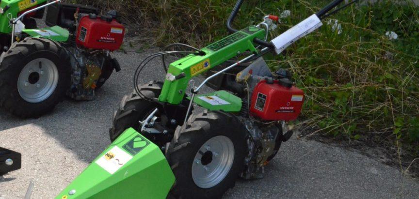 Izvršena podjela poljoprivrednih strojeva za korisnike projekta Samozapošljavanja kroz male projekte u suradnji s njemačkom organizacijom Help – Hilfe zur Selbsthilfe