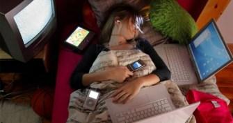 tidur-dengan-ponsel-2