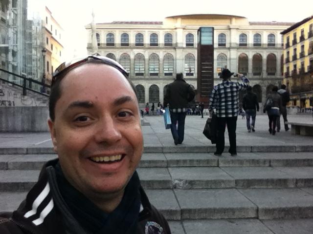Eu na Praça em frente ao Museu Nacional Centro de Arte Reina Sofía, Madri, Espanha