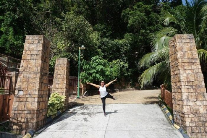 Inês en la entrada del Parque Nacional de Penang, lista para la caminata por el bosque