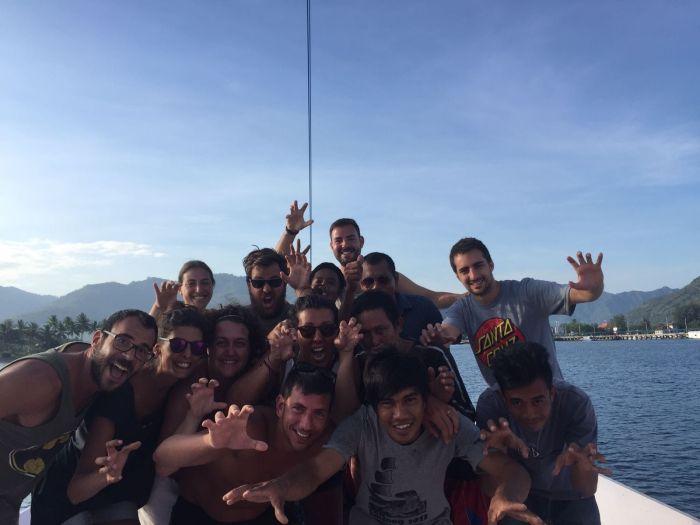 Grupo y tripulación en el barco de Flores a Lombok
