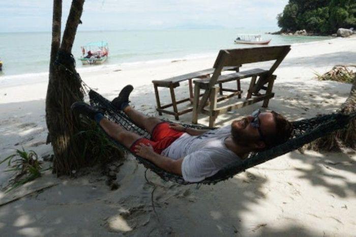 Chris disfrutando del descanso del guerrero, o mejor dicho, del caminante, en una de las hamacas de Monkey Beach