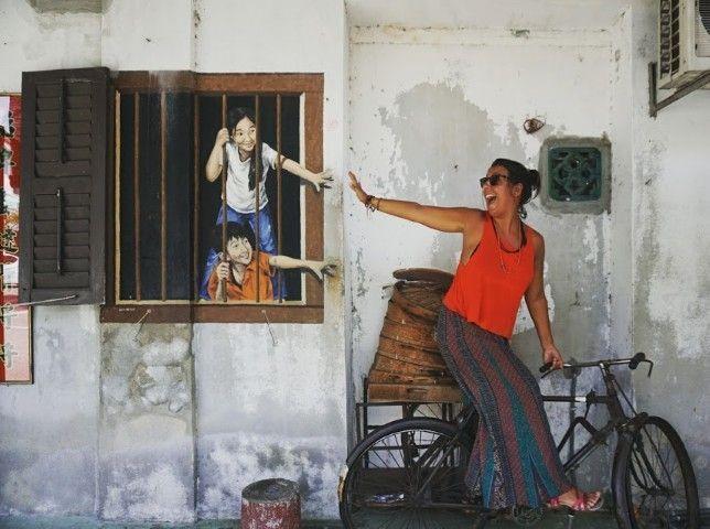 Ines postureando en unas de las obras de street art de la cuidad