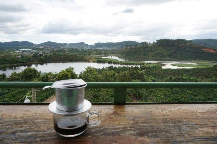 El mejor café vietnamita, con su cafetera tradicional que se pone encima del vaso, con vistas impresionantes a las plantaciones de café, en Da Lat