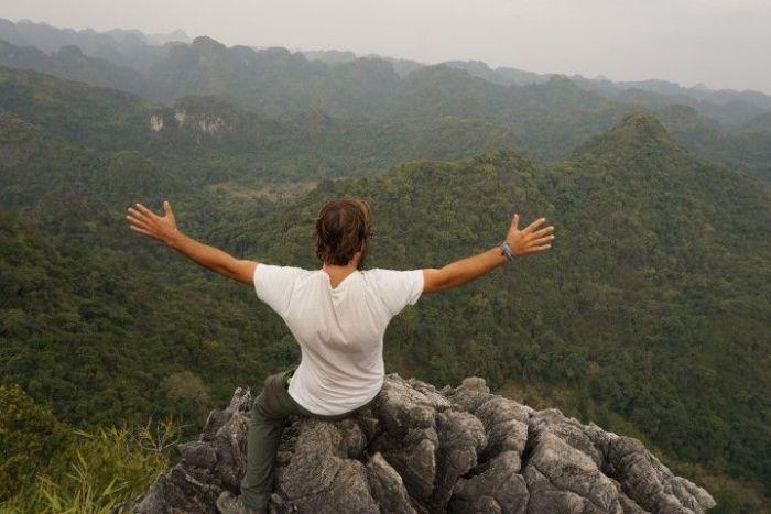 Chris ante las impresionantes vistas del Cat Ba National Park