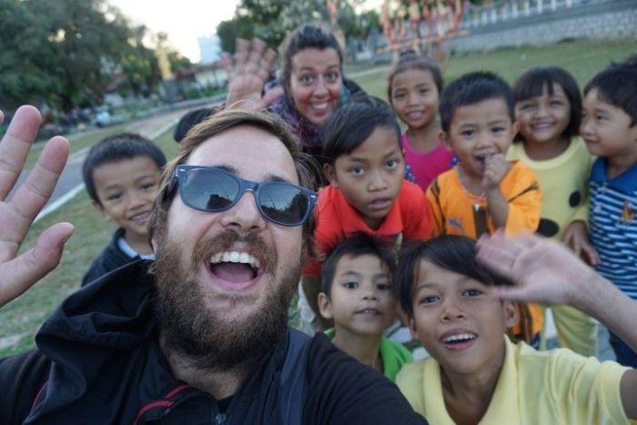 Chris, Inês y muchos niños haciendo un selfie en Kom Tum