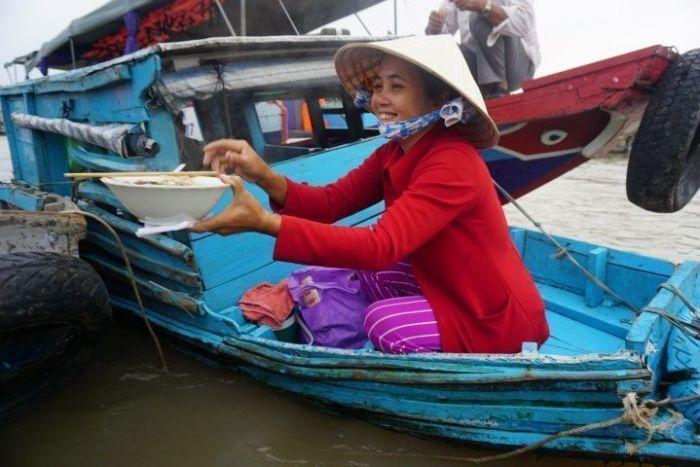 Desayuno en el mercado flotante de Cai Rang: noodles picantes a las 6h de la mañana, Sólo a Chris le han entrado a esa hora...