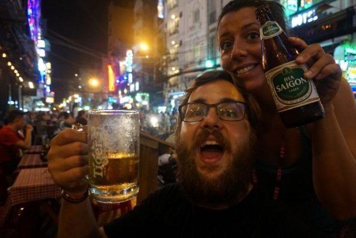 Nuestra llegada a Saigon, como se llamaba Ho Chi Minh antes de la reunificación del país, disfrutando de cervecita local.