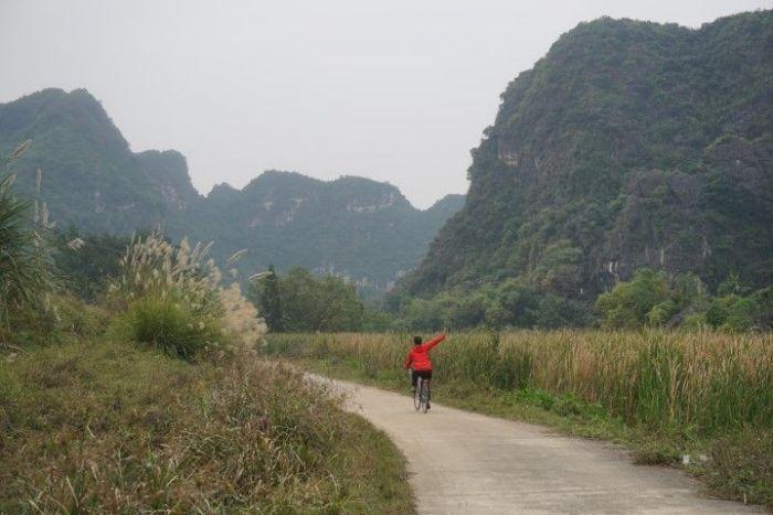 Paseando en bici entre las torres kársticas en la que es conocida como Halong Bay por tierra.