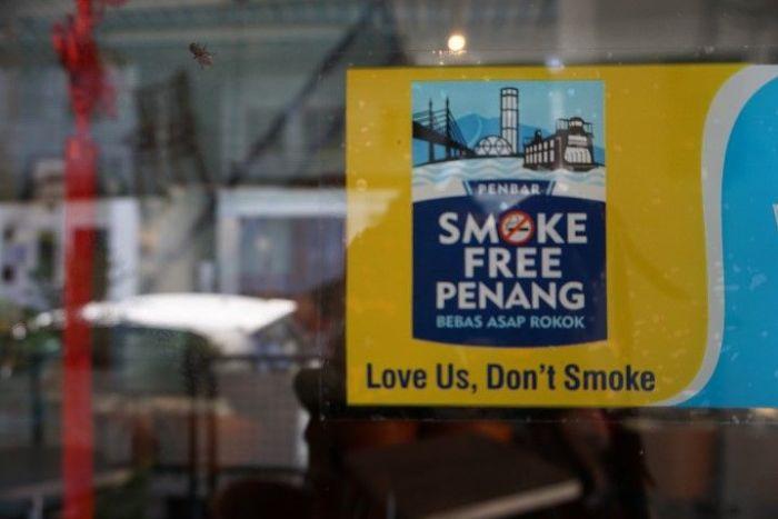 """Una de las varias pegatinas de """"Smoke Free Penang"""" por las tiendas y cafés de la ciudad"""
