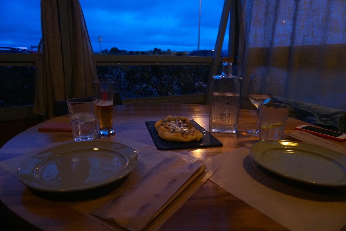 Nuestra mesa en Fornería São Dinis, de las mejores pizzas de la isla