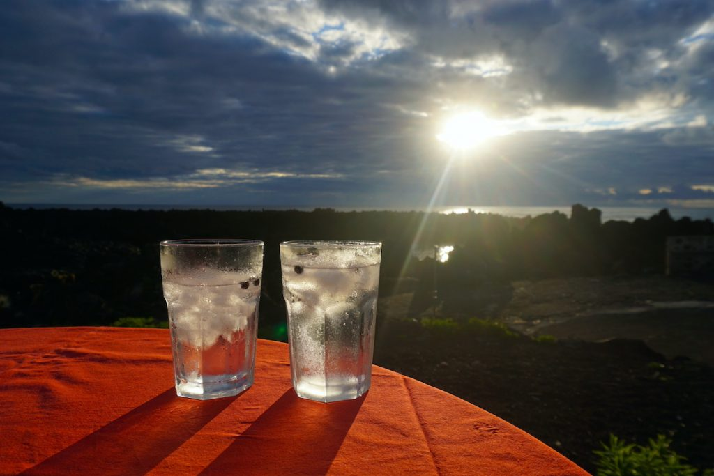 Gin tonic azoriano al atardecer en Maresía