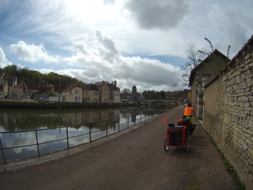 à vélo le long du canal sur le tour de la bourgogne