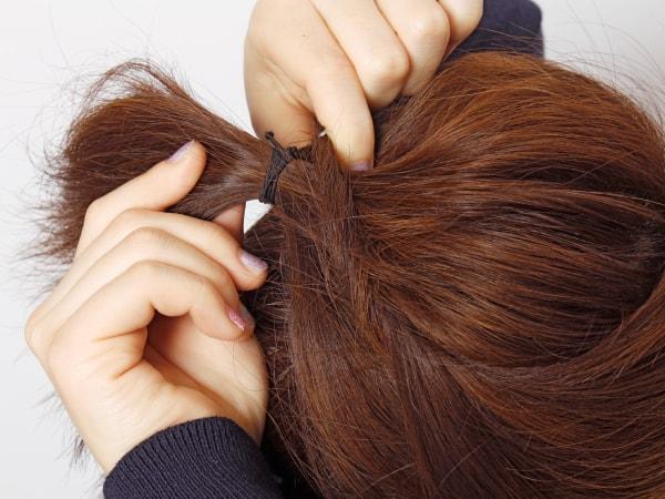 両サイドをまとめた毛束を真ん中の毛束の中央に入れ込む