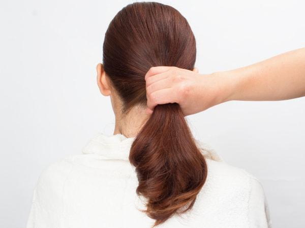 後ろ髪全部をまとめてゴムで一つに束ねる